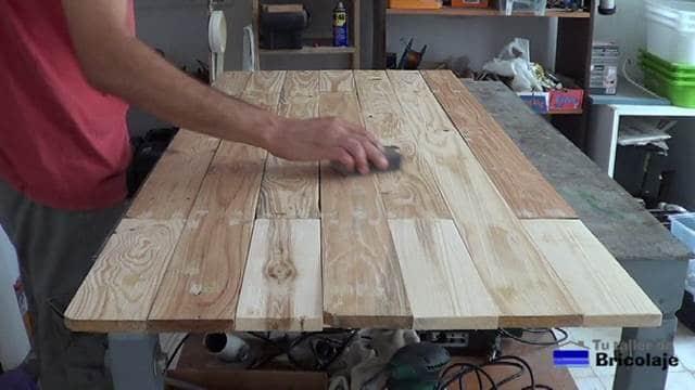 lijando la masilla para tapar los agujeros generados por las tachas o clavos