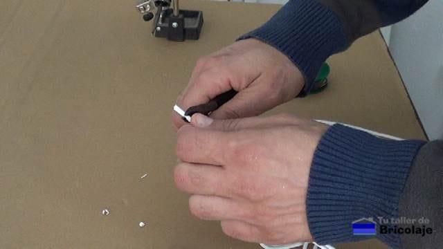 pelando la cubierta del cable de audio para hacer el cable mini jack a rca