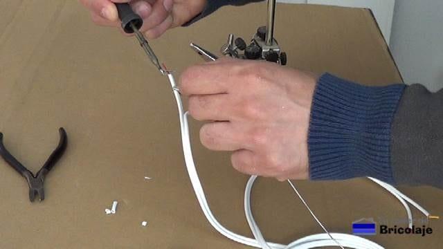 estañando las puntas de los cables para hacer el cable mini jack a rca