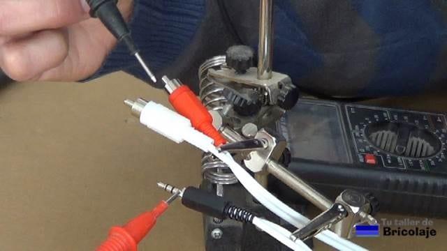 comprobando la continuidad del cable con el multímetro o tester