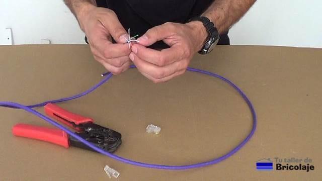 preparando los cables para hacer un cable de red cruzado