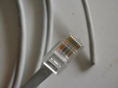 conector rj45 insertado en el cable de red