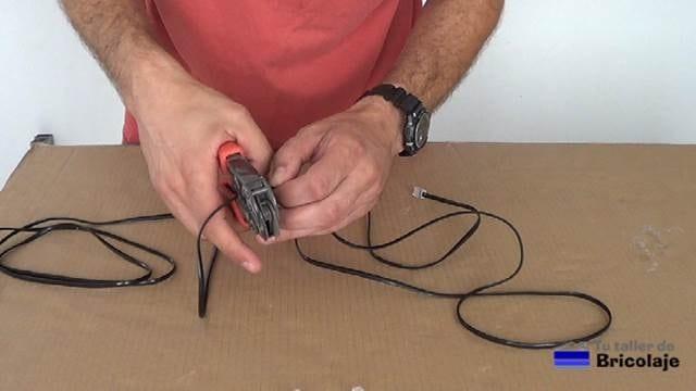 cortando el cable de teléfono con la crimpadora