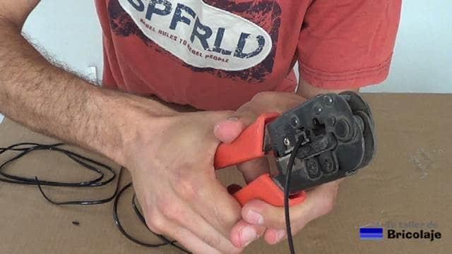 crimpando el conector rj11 en el cable de teléfono