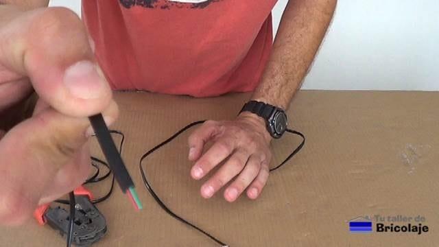 cable con la cubierta retirada, podemos observar el par de hilos