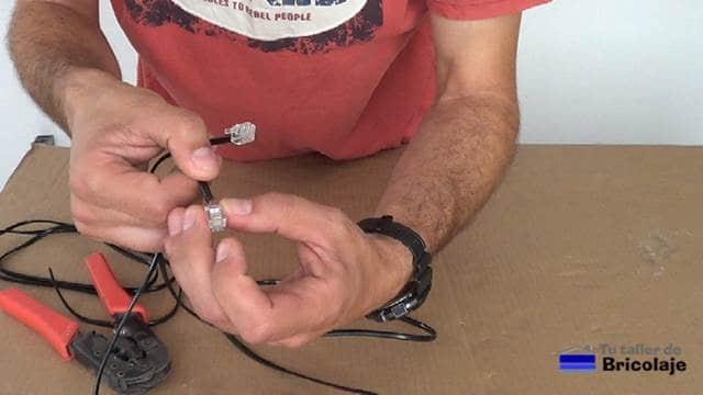 insertando el conector teléfonico en el cable