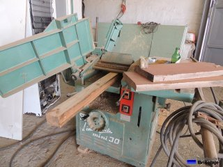 cepillando los listones de madera
