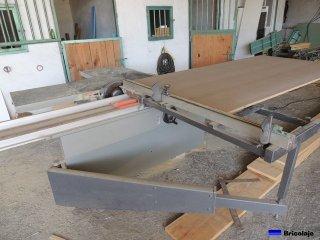 cortando la madera en la escuadradora
