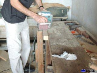 lijando la madera con la lijadora de banda