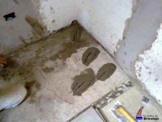 echando el cemento cola en el suelo