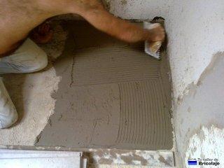 extendiendo el cemento cola con la llana