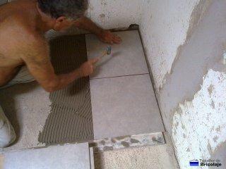colocando la plaqueta sobre el cemento cola