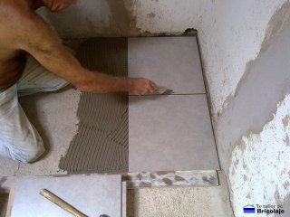 limpiando excesos de cemento cola con la espátula