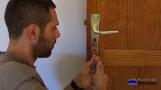 retirando las manecillas del cierre de la puerta