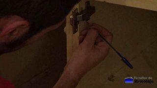 marcando en el mueble de cocina el lugar donde va la puerta retirada