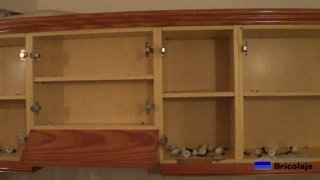 interiores de los muebles de cocina después de retirar las puertas