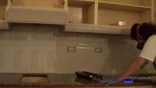 aplicando fondo a la encimera y plaquetas de la cocina
