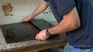 insertando la nueva placa de cocina en el hueco