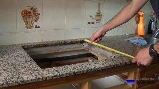 midiendo el hueco para comprar la nueva placa eléctrica de cocina