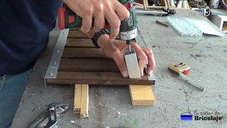 sujetando el cuadradillo a la base de madera del soporte para el portátil o netbook