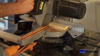 cortando la madera de palet con la ingletadora