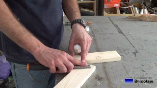 tapando los agujeros en la madera con masilla