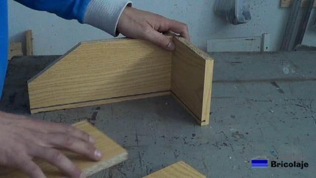 presentando las piezas que formarán la caja de madera