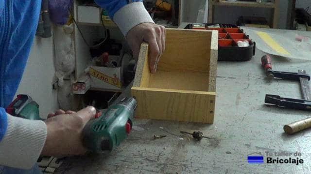 colocando los tornillos para sujetar las piezas de la caja