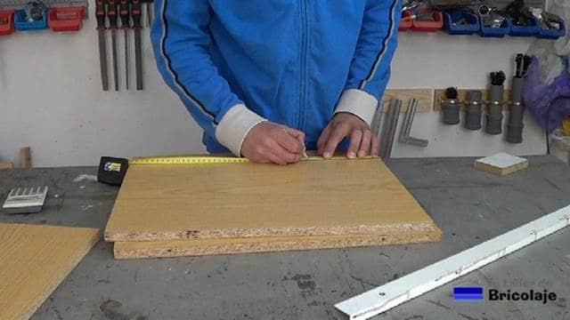 marcando el lugar donde realizar los cortes para realizar la caja de madera