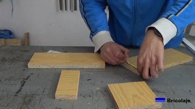 marcando la madera para hacer la caja