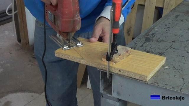 cortando con la caladora la madera para conseguir un corte diagonal
