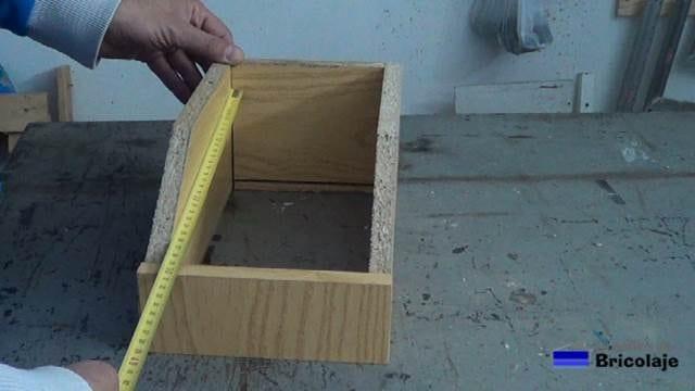 midiendo el hueco para cortar el suelo de la caja