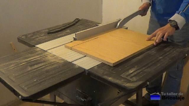 cortando la madera para realizar la caja para nuestro taller