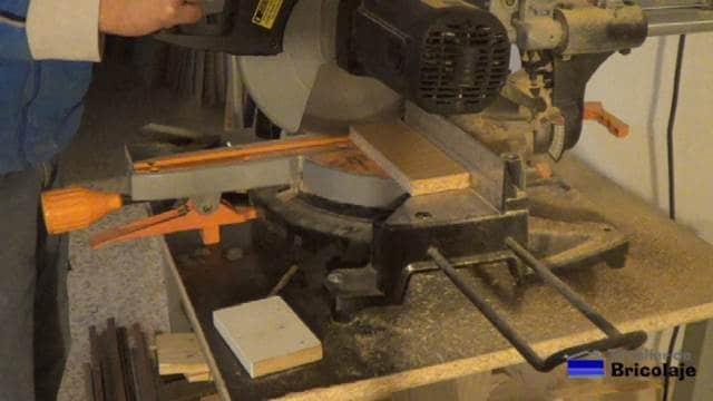 cortando la madera para hacer la caja
