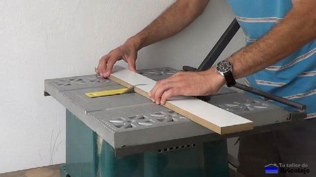 cortando la madera para realizar la estructura de la caja de registro