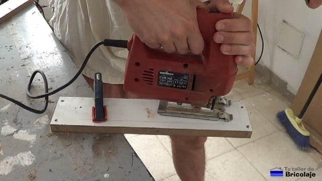 cortando la madera para poder salvar el tapajuntas con la caladora