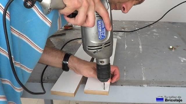 taladrando la madera que formará la estrucutra de madera