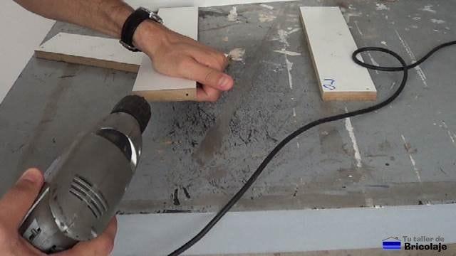 perforando la madera para no romperla al insertar el tornillo