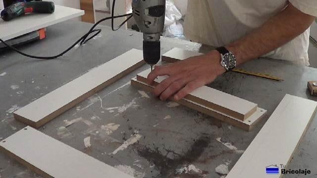 colocando una madera extra sobre la estructura para colocar posteriormente las bisagras