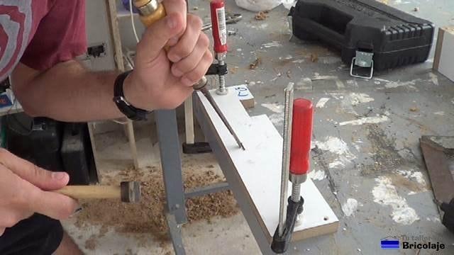 abriendo agujero en lateral de la estructura para poder cerrar la puerta con la cerradura