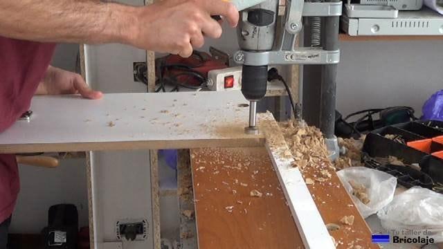 perforando el agujero para colocar las bisagras