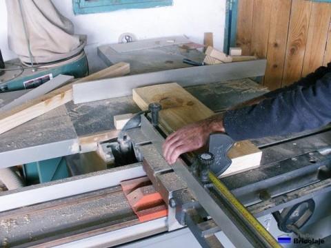 cortando las distintas piezas que formaran la cama para niños