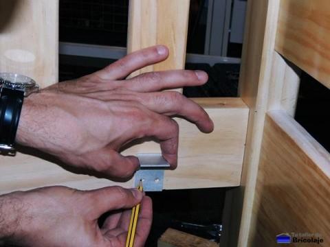 marcando el lugar donde colocar el soporte para colocar el sumier para el colchón