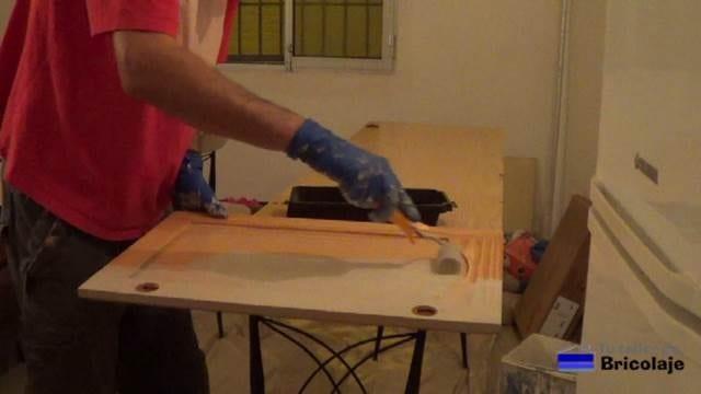 aplicando el fondo a las puertas de cocina