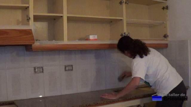 pasando la lija a las plaquetas y encimera de la cocina