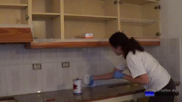 limpiando con disolvente o aguarrás la encimera y plaquetas de la cocina