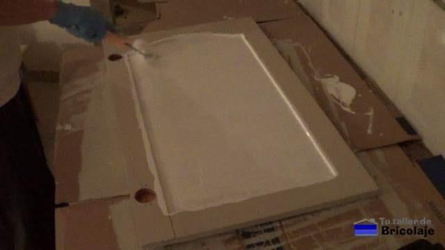 aplicando la pintura definitiva a las puertas de cocina