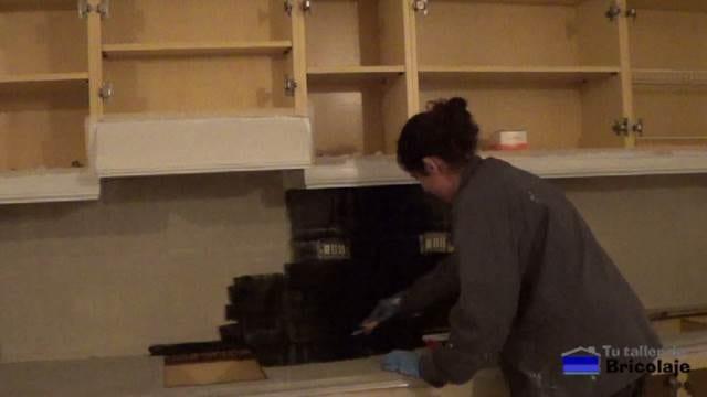 aplicando el color definitivo a la encimera y plaquetas de la cocina
