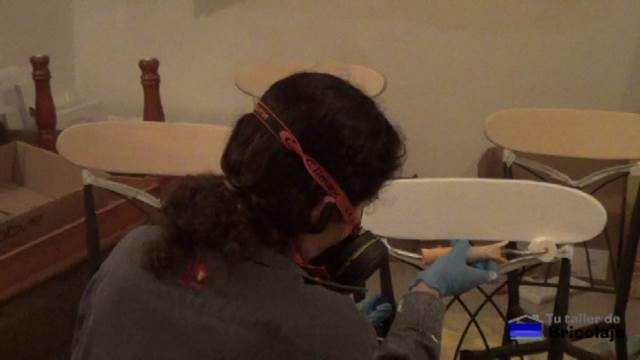 pintando el respaldar de las sillas
