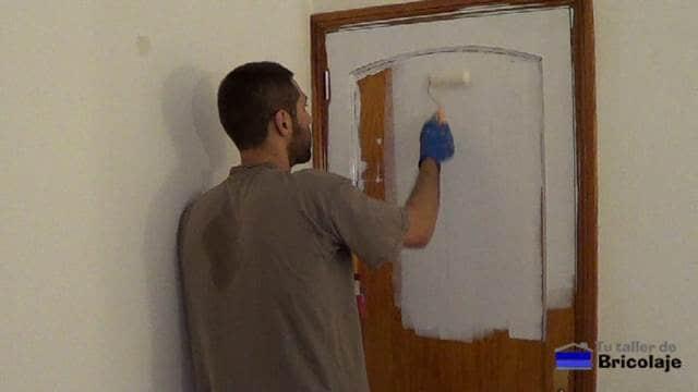 pintando las puertas y bastidores de la vivienda